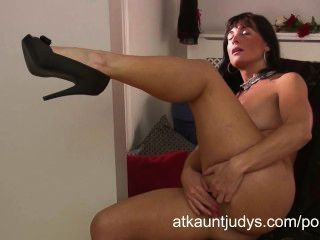 Amatuer Mature Mommy Lelani Tizze Masturbates In A Dress