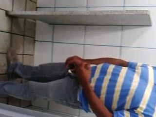 Pegacão De Homens Em Banheiro Público