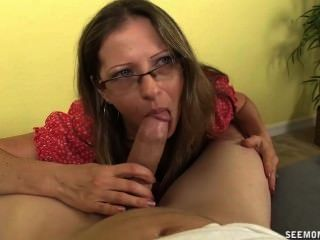 Hot moms suck dick