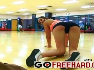 Girlfriend Gets Horny At The Gym