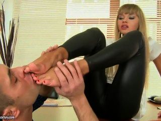 Willa Damn Sure Knows How To Use Her Feet