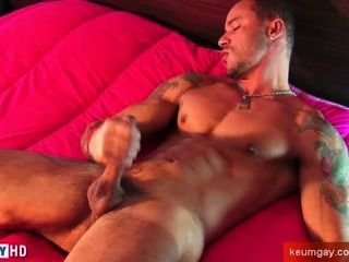 A Masculine Muscle Dude Guy Get Wanked His Very Huge Cock By A Guy !